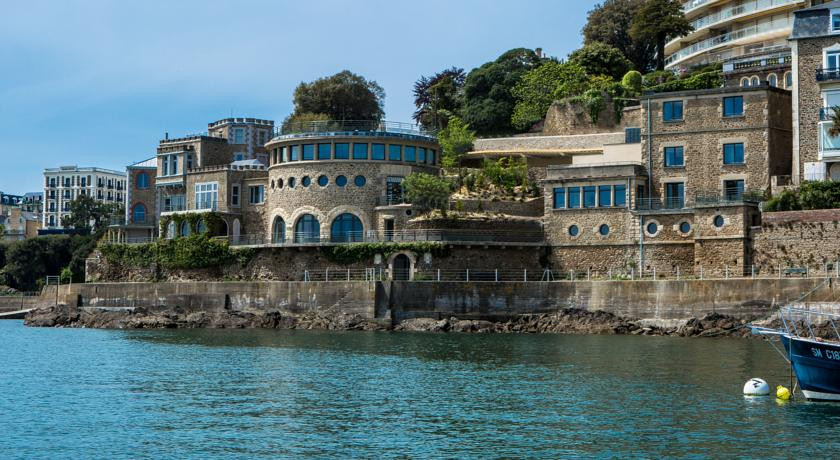 Castelbrac dinard france discover book the hotel guru for Piscine dinard