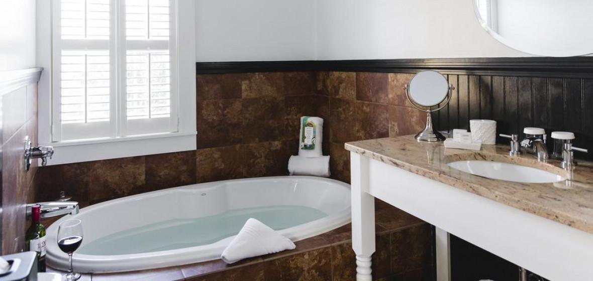 Motel En Suite Bathrooms: Platinum Pebble Inn, Harwich, USA